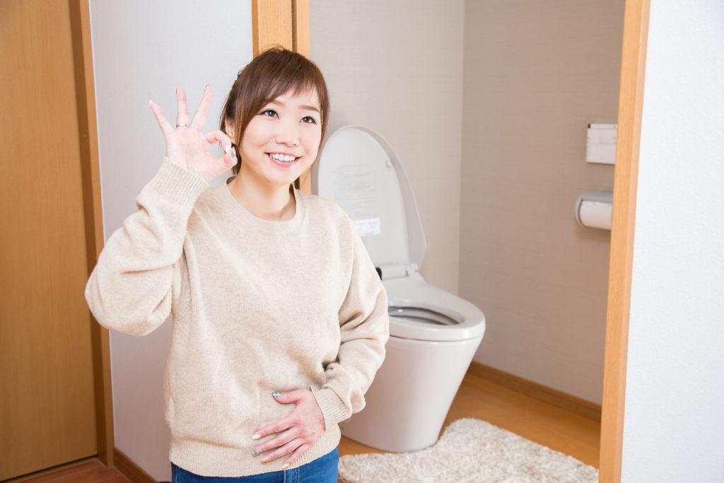 トイレの前で笑顔の女性
