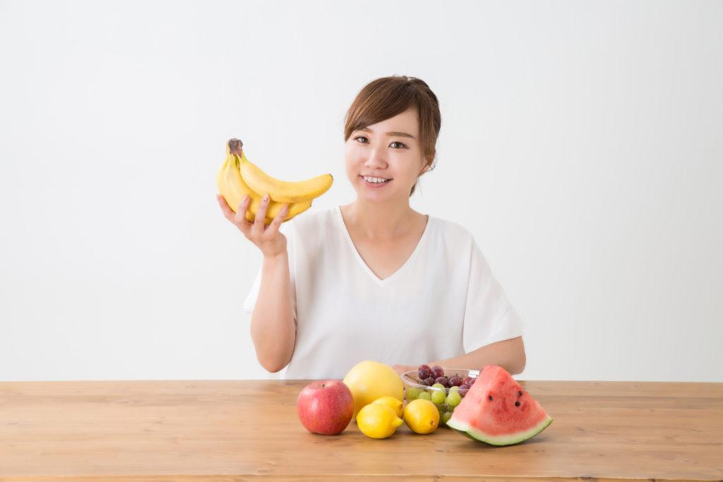 フルーツで満腹な女性