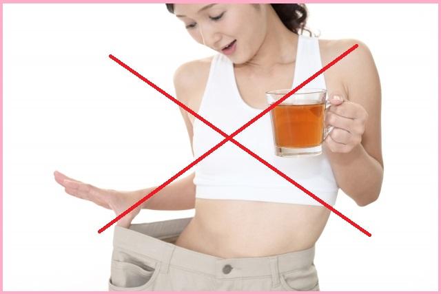 飲み物を飲む女性画像